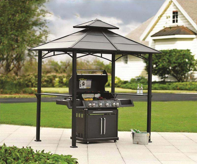 grill v zahradě
